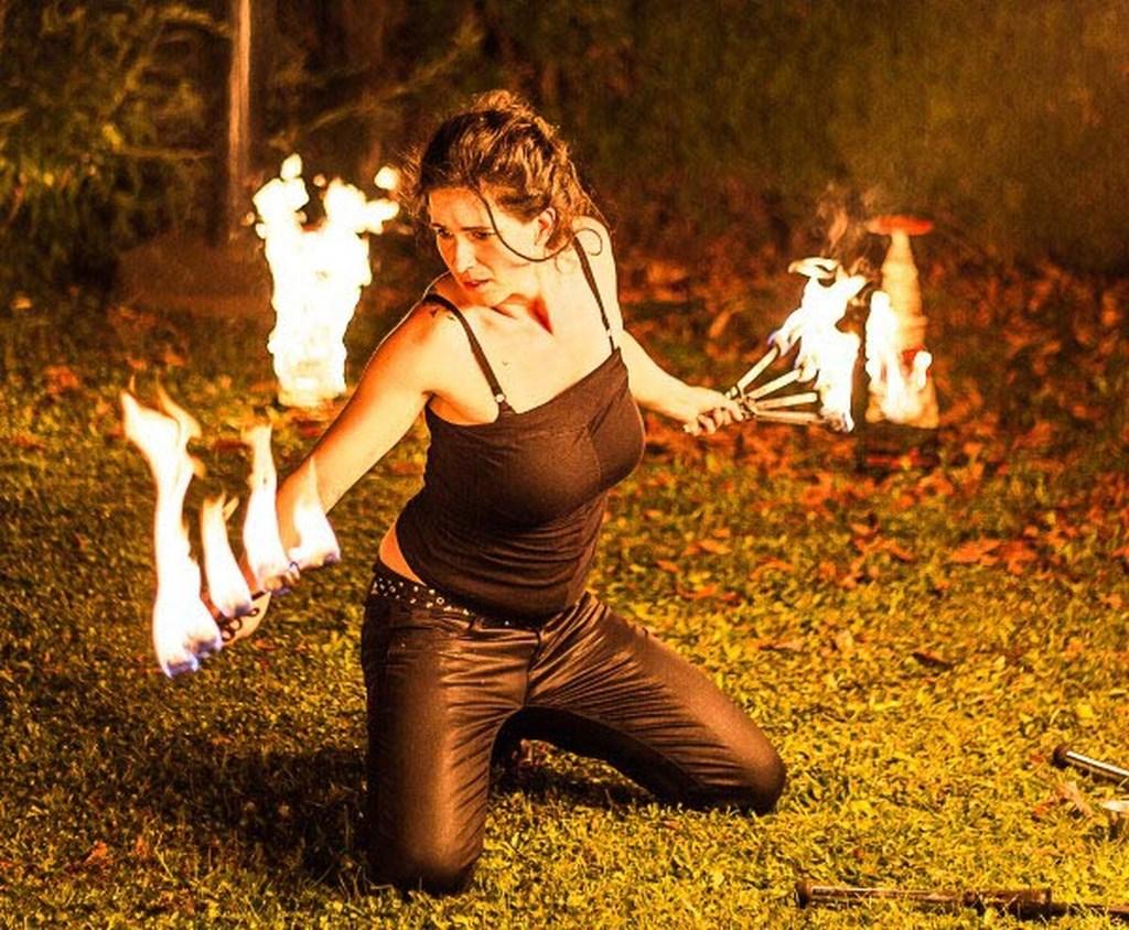 Eventagentur Firesmile: Feuershow-Tanz , Walkacts und Stelzenlauf in Oberpfalz / Oberfranken / Bayern